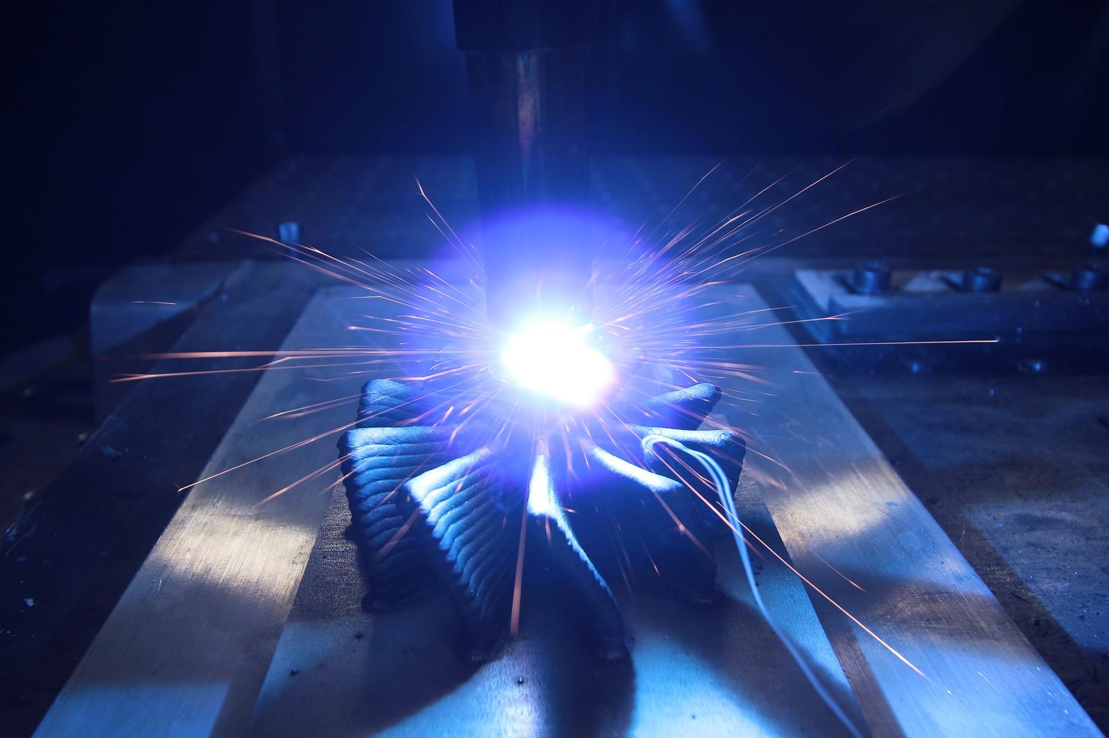 Beim 3DMP-Verfahren wird ein feiner Draht per Licht- bogen zu kompletten Bauteilen verschweißt.