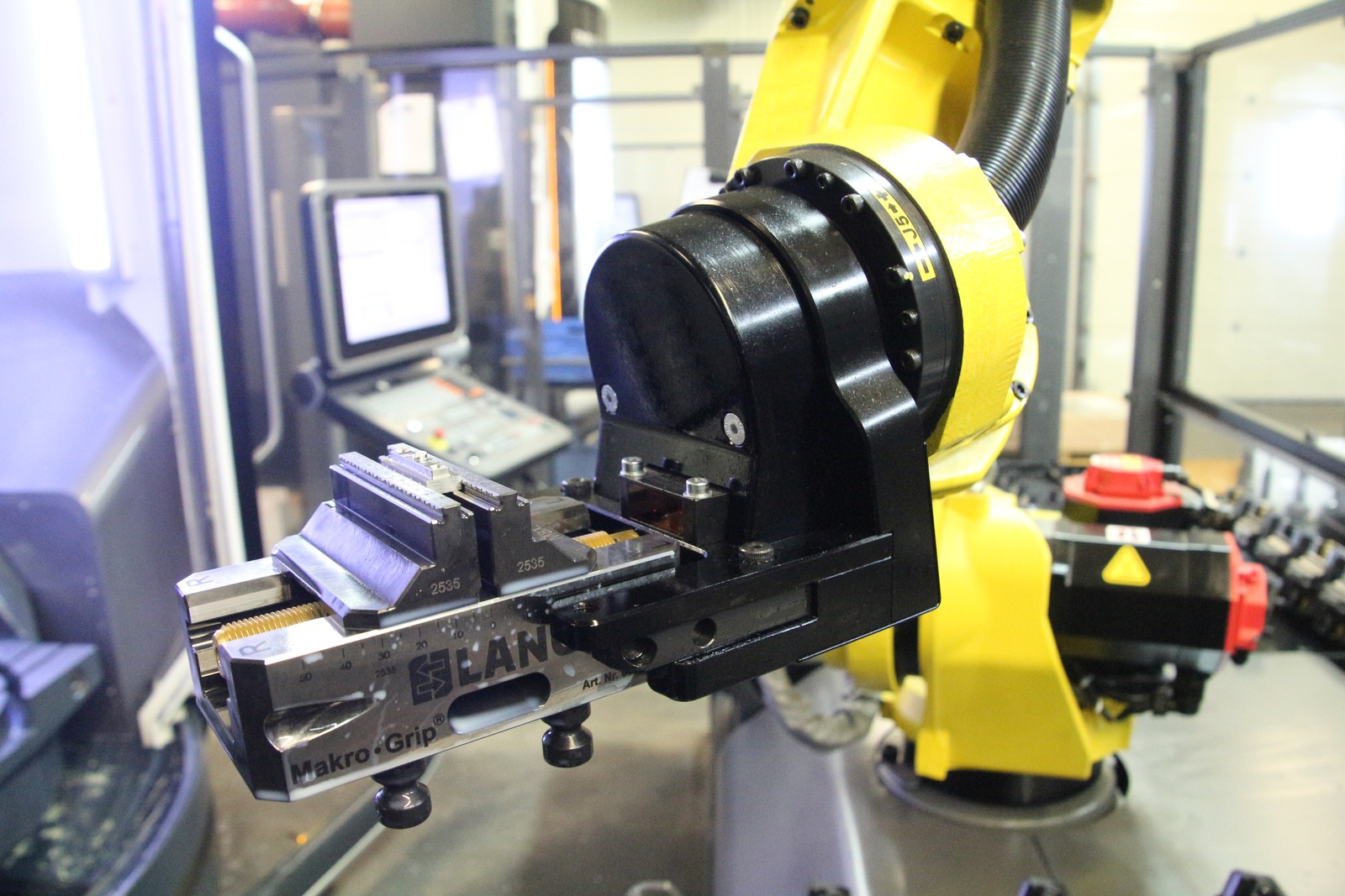 Voraussetzung ist ein stabiler Zerspanungsprozess: Dann lassen sich selbst Kleinteile effizient per Roboter automatisieren und rund um die Uhr fertigen. Ergebnis sind maximale Spindelkapazitäten - wie bei der Englert GmbH.