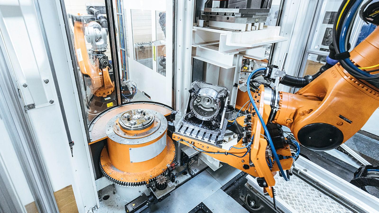 Den automatisierten Materialtransport von der Werkzeugmaschine zur Nacharbeitszelle, wo die bearbeiteten Metallteile gefinisht werden, übernimmt der Kuka Roboter.