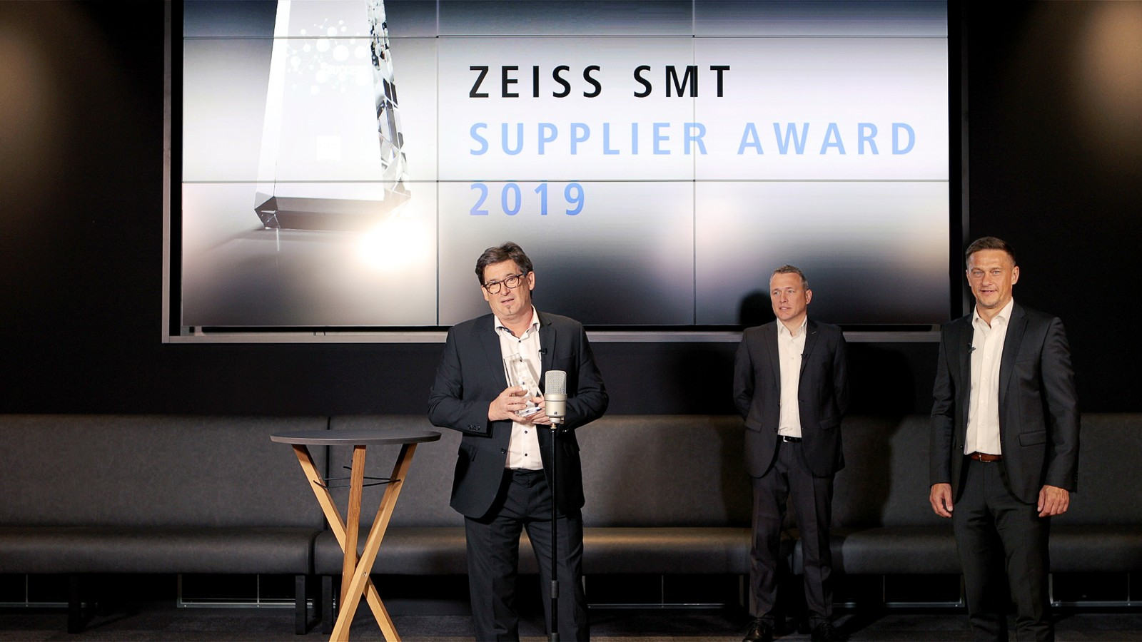 Bernd Krebs, Christoph Hauck und Karlheinz Nüßlein (v.l.n.r.) bei der virtuellen Übergabe des Supplier Awards der Zeiss Halbleiter Sparte Semiconductor Manufacturing Technology (SMT).