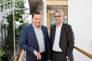 Dieter Aichert, Geschäftsführer und Chief Executive Officer von Surtec Deutschland (links) und Dr. Karl Brunn, Senior Project Manager von Surtec International.