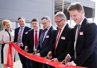 Weg frei (v. r.): Hendrik Alfter, Geschäftsführer Oerlikon Deutschland, Dr. Roland Fischer, CEO Oerlikon, Marc Desrayaud, Head of BU Oerlikon Industrial Solutions, Miguel Piera, Standortleiter Bielefeld,Wolfgang J. Schmitz, Regional Executive Europe.